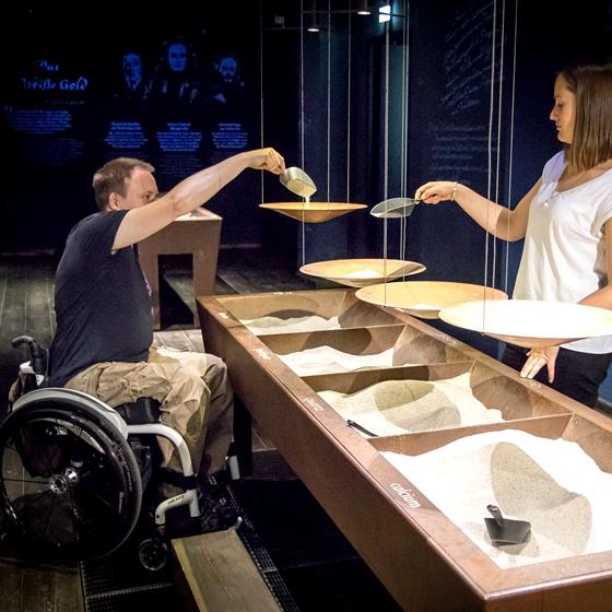Seitenroda Rollstuhlfahrer in den Porzellanwelten Leutenburg