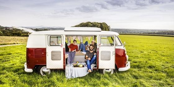 Rösrath: Friends having picnic in a van parked on field in rural landscape (ID: 15122)
