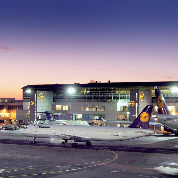 Frankfurt/Main: International Airport (Fraport), airfield, in the evening