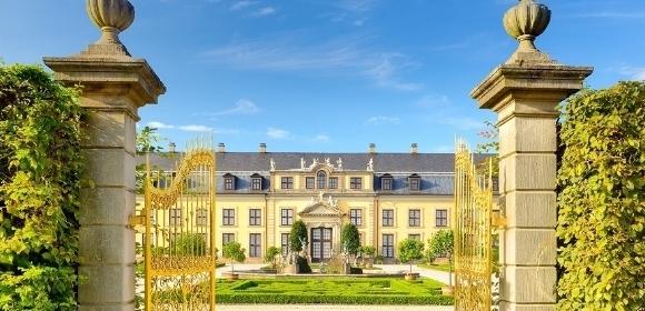 Palácio com as portas abertas em um dia ensolarado