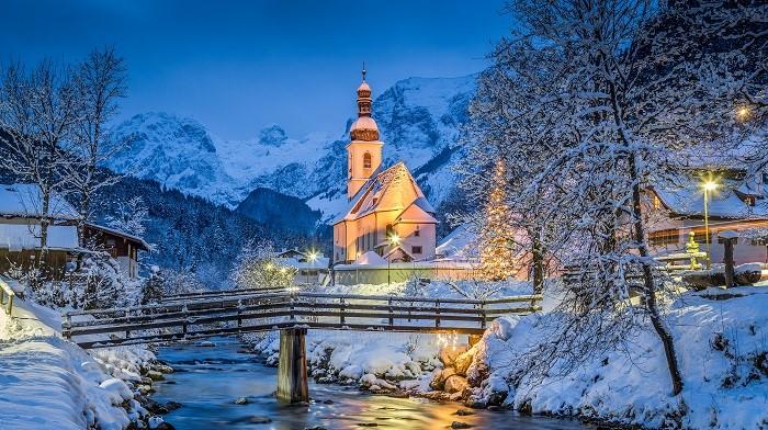 Ramsau: Ramsau church in winter at dusk